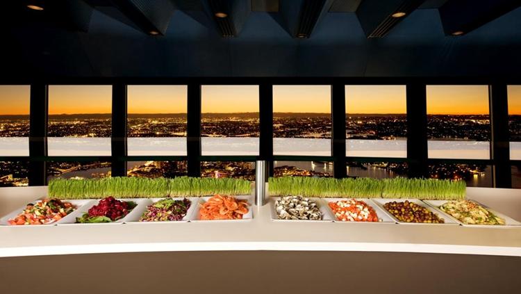 360度鸟瞰悉尼 悉尼塔自助旋转餐厅位于悉尼塔顶部,伴随着餐厅的匀速旋转,您将一边享受美味自助餐,一边欣赏360度鸟瞰悉尼的绚丽景色。  美食与美景兼得 悉尼塔观景台之下有三个餐厅分别位于不同楼层: 1、第一层为单点式西餐厅,供应晚餐,周日不营业,另有套餐,包含开胃菜、主菜、甜点、咖啡或红茶; 2、第二层旋转餐厅为自助餐厅,供应午餐和晚餐,每周营业7天; 3、第三层则是提供简餐的咖啡厅和吧台; 其中第二层的餐厅提供40余样各国美味,包括海鲜、澳式、中式、日式、泰式和意大利菜肴,是悉尼最有特色、最著名的旋转